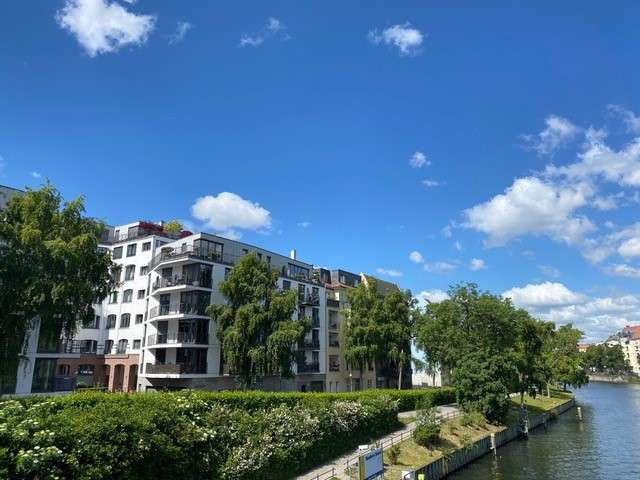Haus im Haus! Traumhafte Wohnung auf 2 Ebenen mit Südterrasse & Garten in Toplage an der Spree - Titelbild