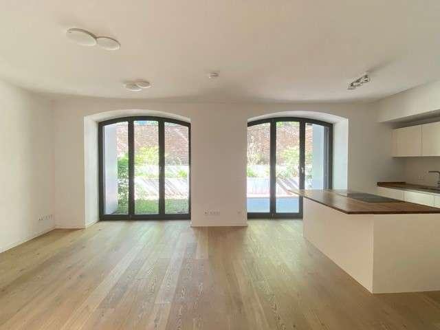 Haus im Haus! Traumhafte Wohnung auf 2 Ebenen mit Südterrasse & Garten in Toplage an der Spree - Bild