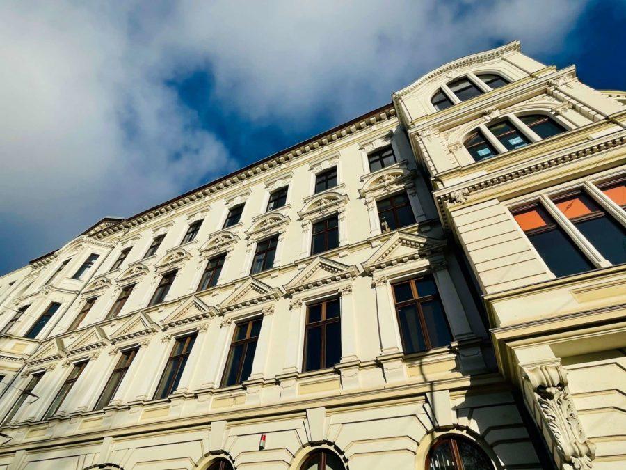 Sehr große & sanierte Altbauwohnung in gefragter Kiezlage - Titelbild