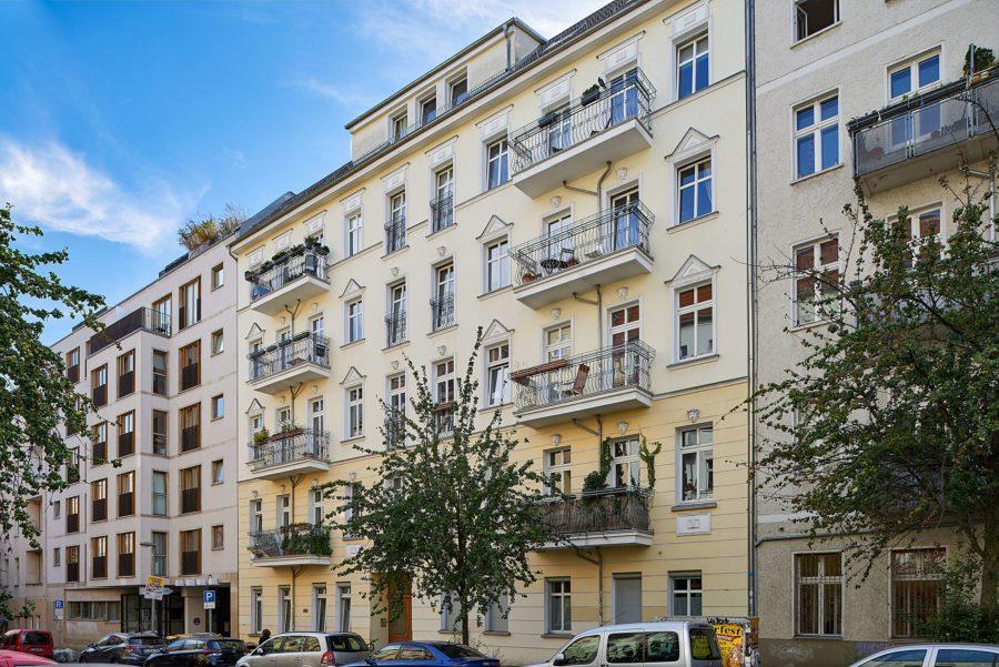 TOP Altbauwohnung mit Balkon und einzigartigem Ausblick in Szenekiez - Titelbild