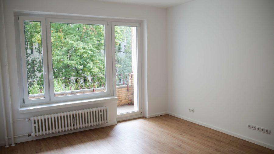 TOPLAGE IN DIREKTER NÄHE ZUM KADEWE: Neuwertige Eigentumswohnung in Berlin Schöneberg - Wohnzimmer mit Balkon