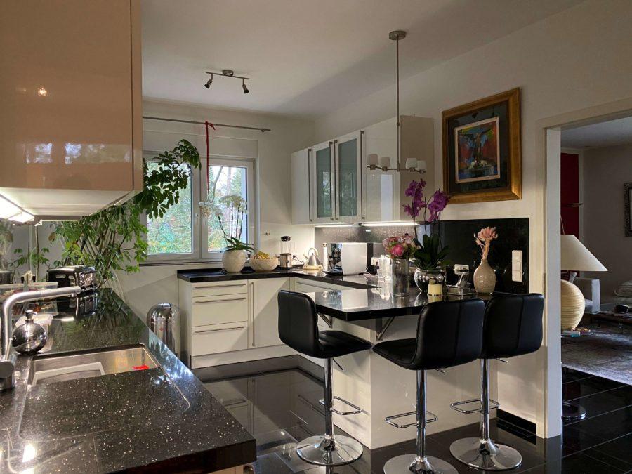 Luxuriöses Einfamilienhaus mit Aufstockungspotential auf großem Grundstück - Bild