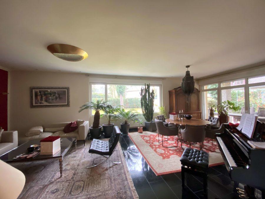 Luxuriöses Einfamilienhaus mit Aufstockungspotential auf großem Grundstück - Titelbild