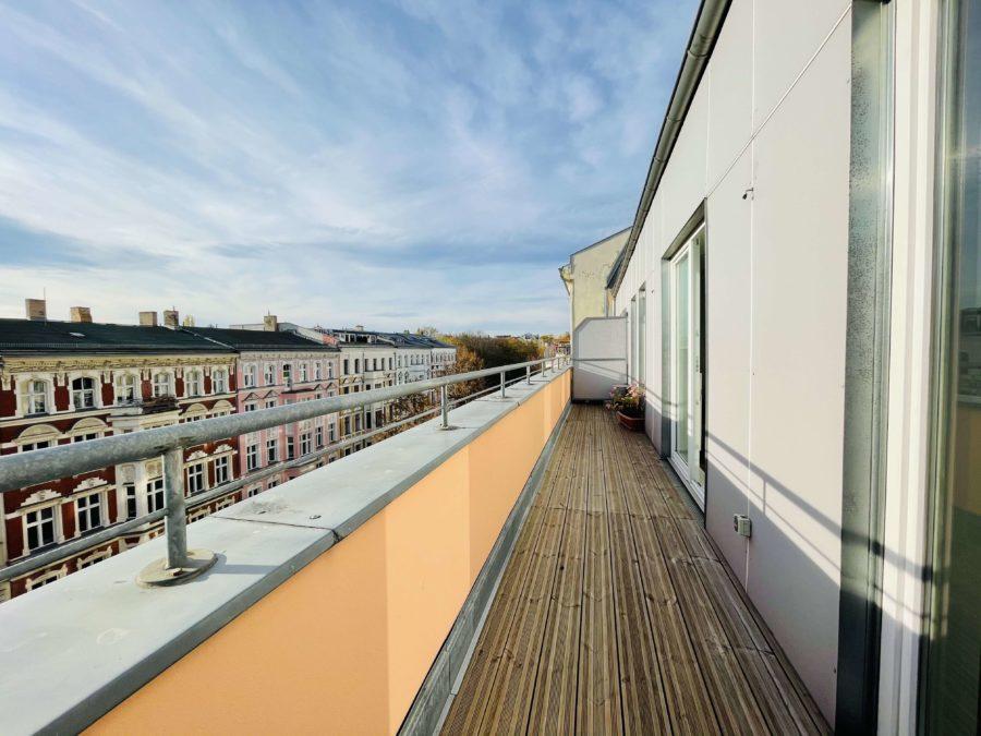 Gepflegte Wohnung über zwei Etagen mit großer Dachterrasse in Kiezlage - Bild