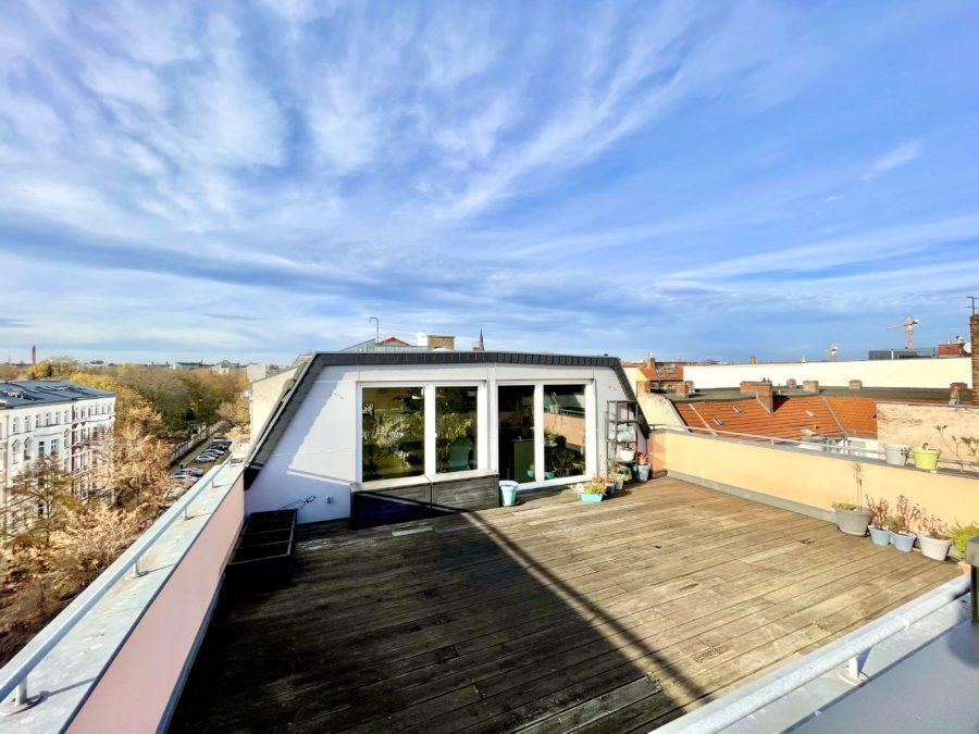 Gepflegte Wohnung über zwei Etagen mit großer Dachterrasse in Kiezlage - Titelbild