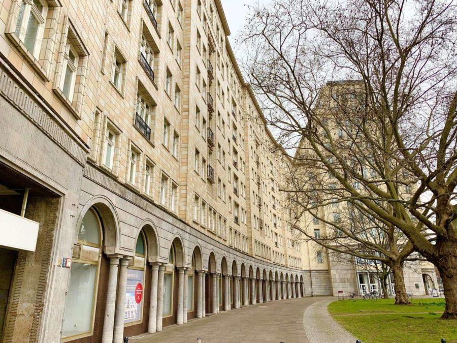 Seltenheit! Attraktive 2-Zimmer Wohnung in sehr gefragter und exklusiver Lage am Strausberger Platz - Hausansicht