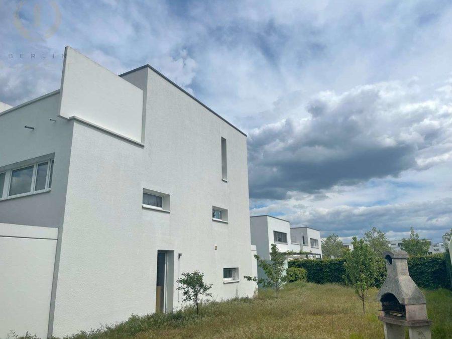 Schweizer Architektenhaus mit Pkw-Stellplatz in sehr begehrter und ruhiger Lage von Zehlendorf - Hausansicht (1)
