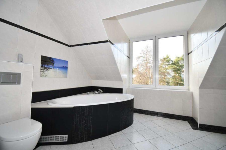 Gepflegte & helle Dachgeschosswohnung in guter Lage von Berlin-Lichterfelde - Bad