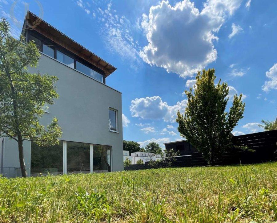 Intelligent konzipiertes Energiespar-Designhaus in familienfreundlicher und moderner Toplage - Gartenansicht (2)