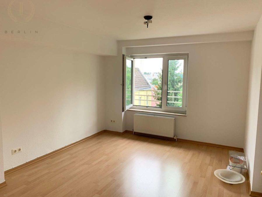 Schöne und lichtdurchflutete Dachgeschosswohnung mit Südausrichtung in zentraler Lage - Zimmer (2)