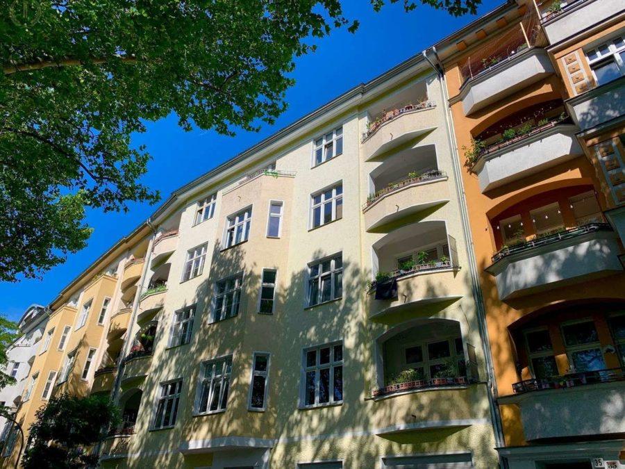 Lichtdurchflutete Altbauwohnung mit 2-Zimmern und Balkon in ruhiger und sehr beliebter Kiezlage - Hausansicht